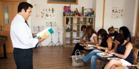Don Javier Díaz impartiendo clases de inglés para padres / José González