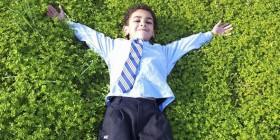 Uno de los alumnos se divierte en la hierba