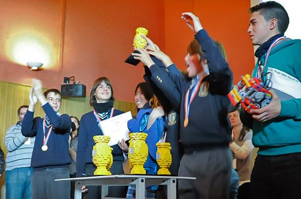 Los miembros del equipo del MIT celebran sus buenas calificaciones