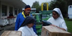 Carlos de la Fuente descarga material donado a las Hermanas del Buen Samaritano en Chile