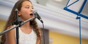Una alumna de MIT School canta durante el concierto