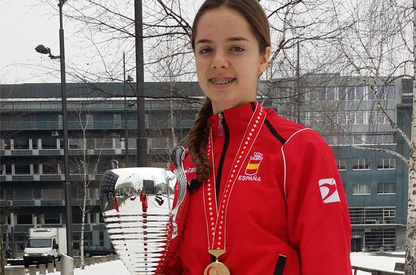 La alumna de MIT School Málaga Marta Vega posa con su trofeo en Zurich