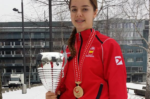 La alumna de MIT School Málaga Marta Vega posa con su trofeo