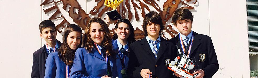 El equipo de MIT School Málaga posa con su premio al Mejor Robot en la competición de ciencia y tecnología FIRST Lego League