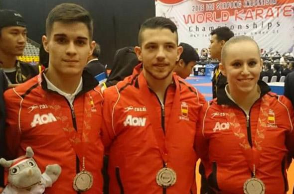 Antonio García, en medio, y Margarita Morata, posan con sus medallas