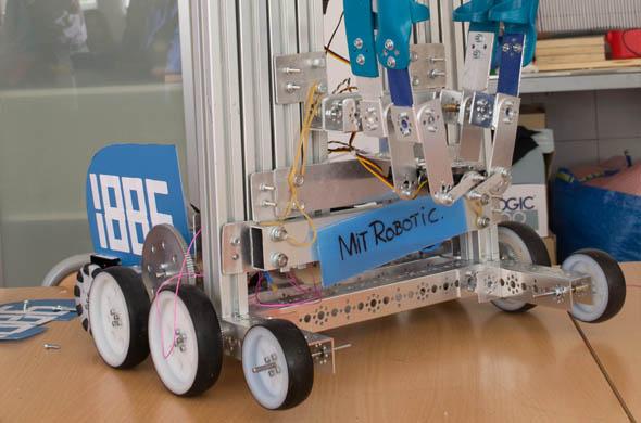 Uno de los robots realizados por los estudiantes de MIT School