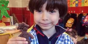 Uno de los alumnos de 4 años con su creación culinaria