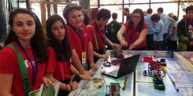 Estudiantes de MIT durante la FLL 2016