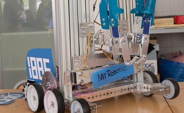 Uno de los robots creados por los estudiantes de MIT School