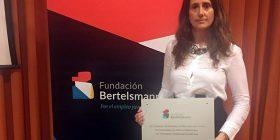 Una de las profesoras de MIT School posa con el diploma de Bertelsmann