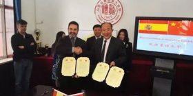 Mr. Díaz sellando el acuerdo con los representantes del Instituto Sanshui de Guangzhou