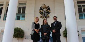 El director de MIT School, Javier Díaz, y la directora de estudios Ms. Jones cierran el trato con Aiesec