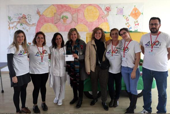 Los miembros de AVOI reciben el donativo de MIT School