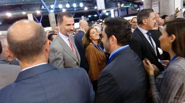 Nuestro director Javier Díaz saluda al rey Felipe VI en el Foro Transfiere